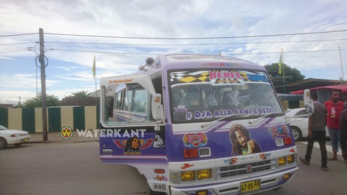 Agressieve bromfietser vernield lijnbus in Suriname