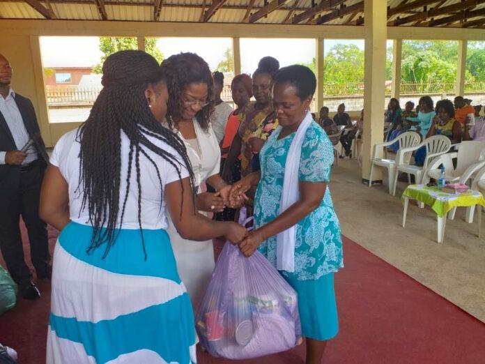 Vijfhonderd voedselpakketten beschikbaar gesteld aan 15 kerkgemeentes in Moengo
