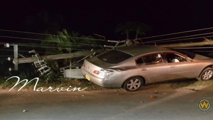 Autobestuurder rijdt elektriciteitsmast kapot