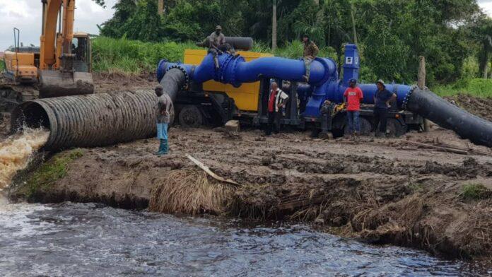 Mobiele pomp Wageningen in werking gesteld voor snellere afvoer overtollig water