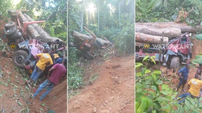 Chauffeur zwaargewond na ernstige ongeval met houttruck in Suriname