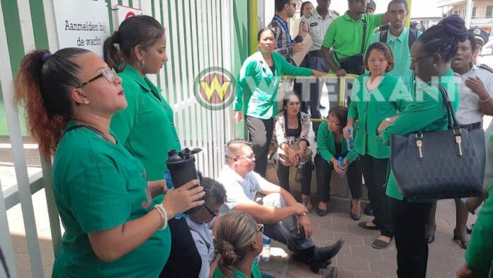 Actievoerders bij kantoor SZF, politie voert vakbondsleider af