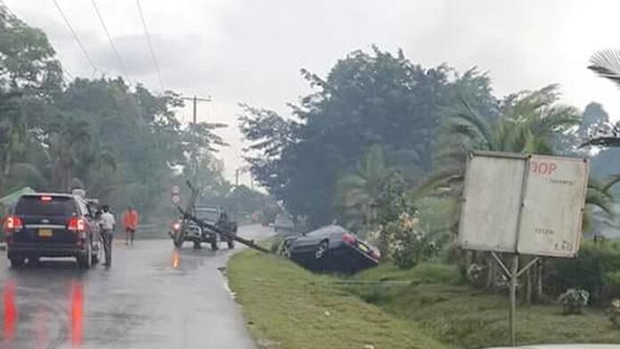 VIDEO: Twee doden nadat auto elektriciteitsmast ramt