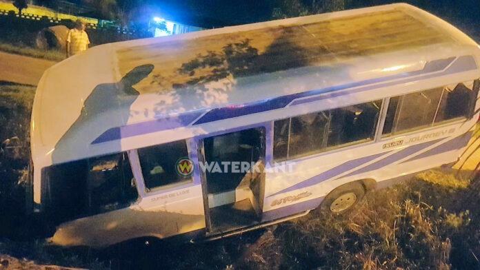 Chauffeur verliest controle over het stuur: bus in goot