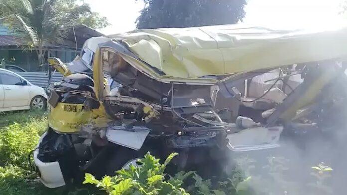 Politie bevestigt: 1 dode en 17 gewonden bij busongeluk Suriname