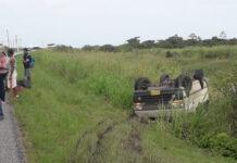 Bus over de kop na klapband: twee zwaargewonden