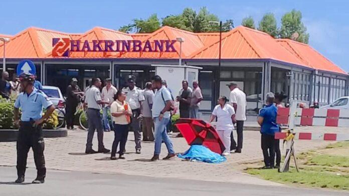 Bekende Nickeriaanse politicoloog doodgevallen voor inrit bank