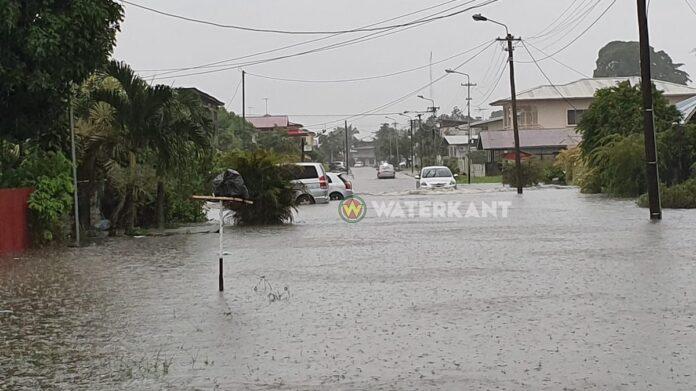VIDEO: Hevige regenval zorgt weer voor overlast in het verkeer