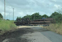 Kilometerslange file door gekantelde vrachtwagen op Oost-Westverbinding