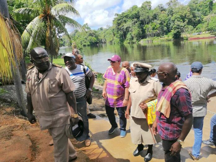 Regeringsdelegatie brengt bezoek aan Boven-Suriname gebied