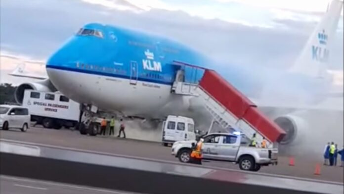 VIDEO: Rookontwikkeling bij KLM vliegtuig op luchthaven Suriname