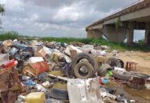 Verontwaardiging over gedumpt vuil bij voet Bosje brug in Suriname