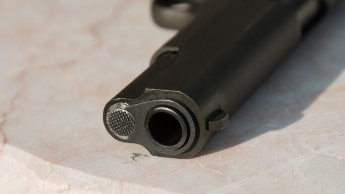 Oplichter belooft vuurwapen vergunningsaanvraag of grondaanvraag