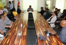 Biza-minister installeert verkiezingscommissies in Suriname
