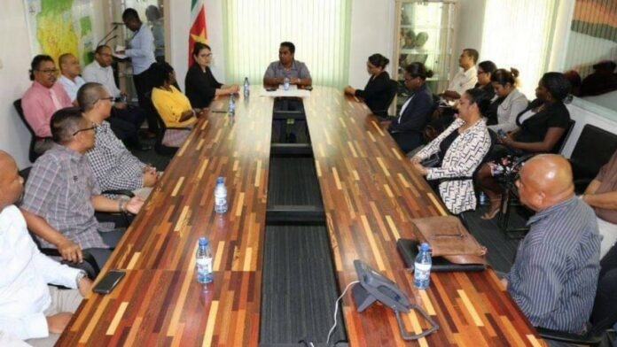 Biza-minister installeert verkiezingscommissies in Suriname