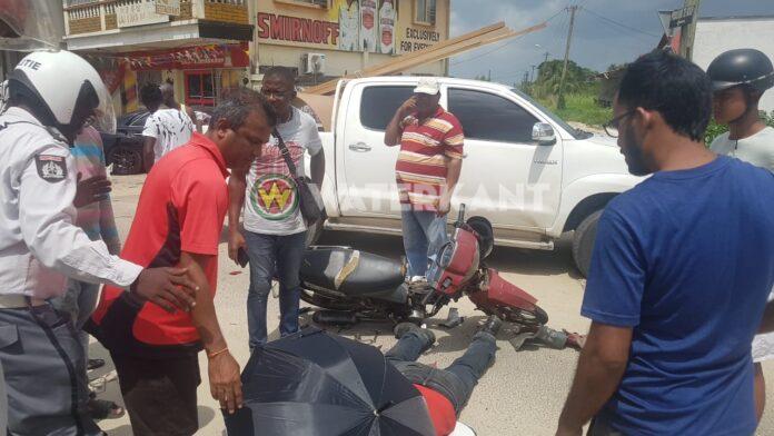 Bromfietser knalt tegen auto en raakt zwaargewond