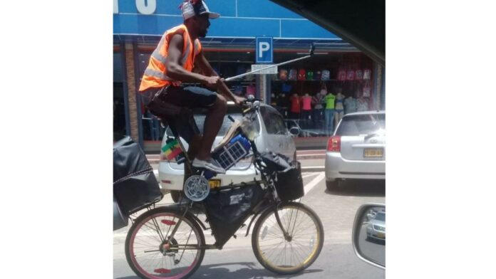 Man op zelfgebouwde hoge fiets trekt aandacht inSu