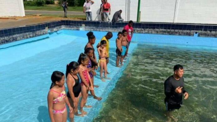 Vakantie zwemcursus district Saramacca van start gegaan