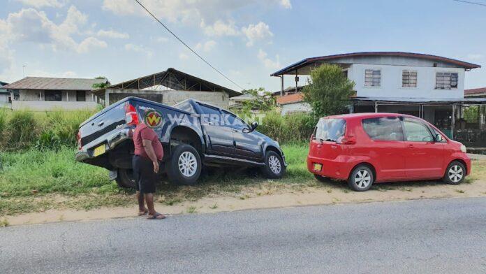 Man belandt met deel van auto in goot bij het parkeren