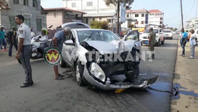 VIDEO: Twee gewonden bij zwaar eenzijdig ongeval in centrum Paramaribo