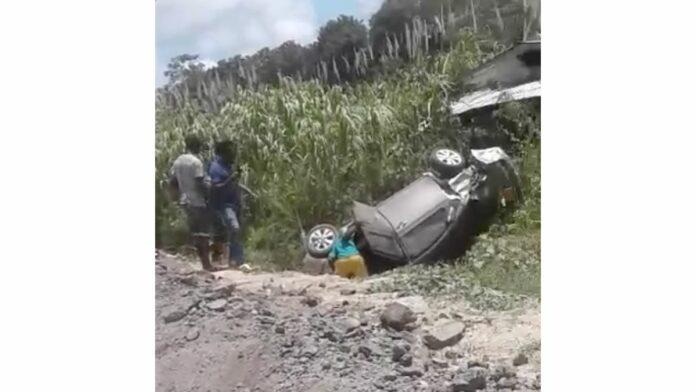 VIDEO: Voertuig van de weg geraakt op de Oost-Westverbinding nabij Coronie