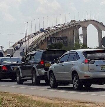 Enorme verkeersoverlast door defecte trucks op Bosje brug in Suriname