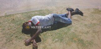Jongeman gewond langs de weg aangetroffen in Suriname