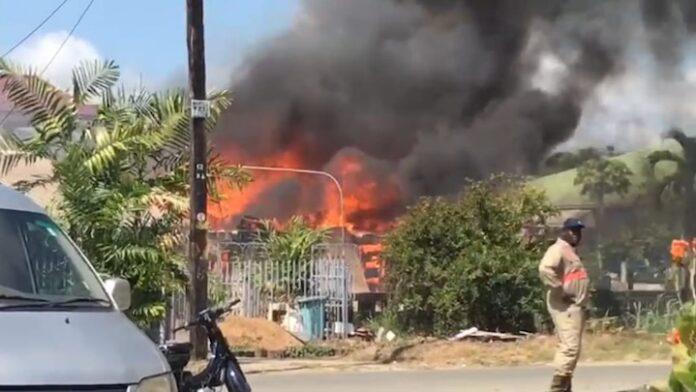 Diverse woningen verwoest bij grote brand in Suriname