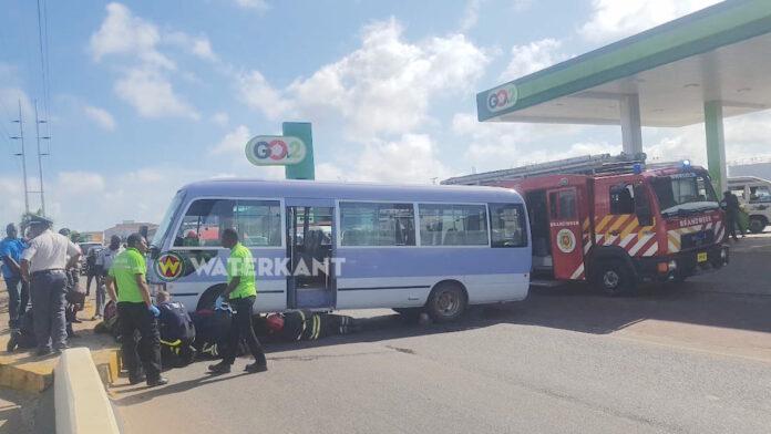 Bizar ongeval: man onder bus terecht gekomen