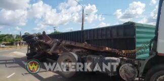 VIDEO: Oplegger met container gekanteld bij rotonde Meerzorg