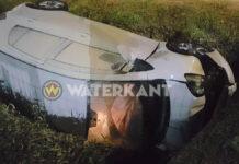 Auto met drie inzittenden waaronder baby in trens en vat vlam