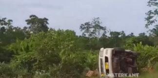 Zware aanrijding tussen twee voertuigen op de Oost-West verbinding in Suriname