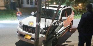 Autobestuurder valt in slaap en knalt tegen elektriciteitspaal