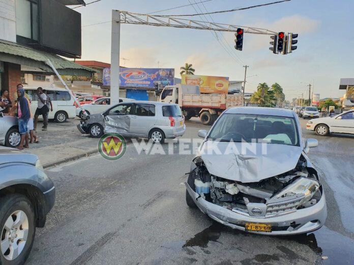 Auto knalt tegen paal na aanrijding in de vroege ochtend