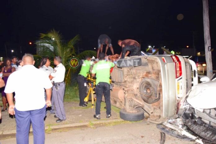 Voertuig op z'n zij na zware aanrijding in Paramaribo