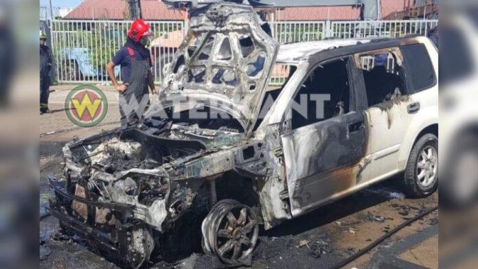 Auto compleet door brand verwoest op parkeerterrein Hakrinbank Nieuwe Haven