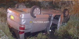 Auto eindigt op z'n kop in sloot bij eenzijdig ongeval in Suriname
