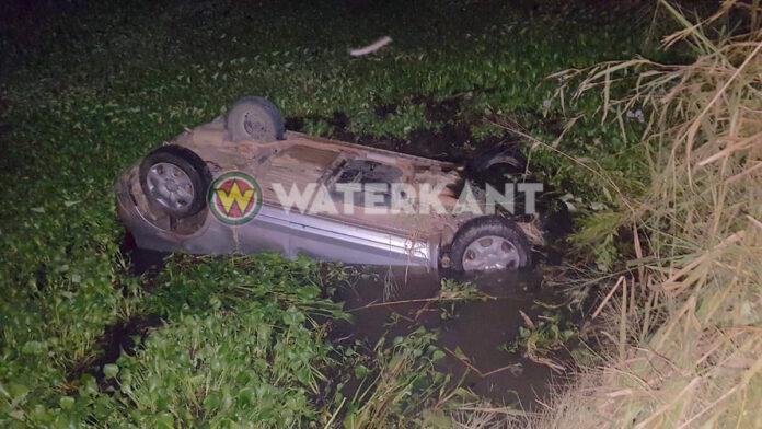 Auto belandt op zijn kop in het water te Leiding 20