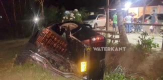 Pick-up zwaar beschadigd in trens na aanrijding