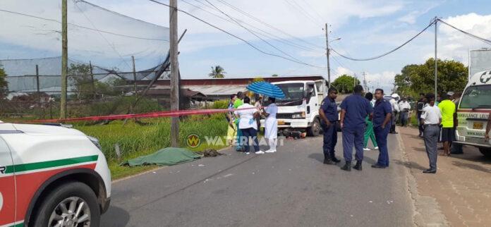 Bromfietser op slag dood na aanrijding met truck in Wanica