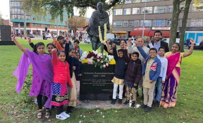 Kinderen van de Vahon School herdenken geboortedag Mahatma Gandhi