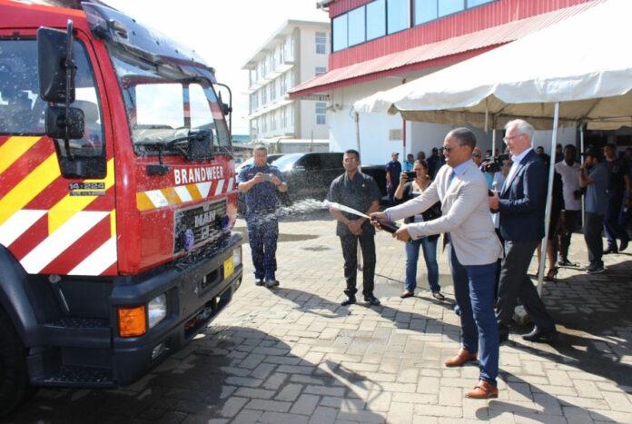 Brandweer schaft tweedehandse blusvoertuigen uit Nederland aan