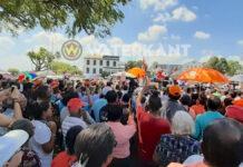 Paar honderd mensen bieden petitie aan tegen wijziging Wet op Staatsschuld