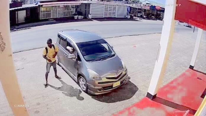 Poging tot roof in auto door beveiligingscamera vastgelegd