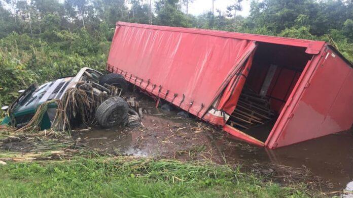 VIDEO: Truckchauffeur raakt van de weg en rijdt voertuig het water in