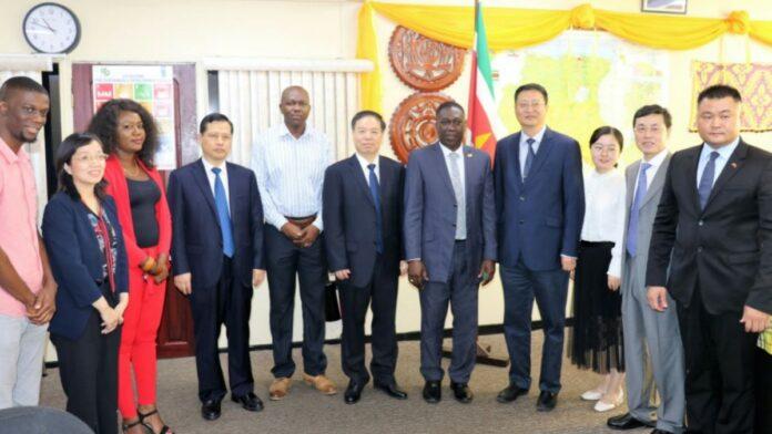 Minister Dikan maakt werkafspraken met delegatie uit Hubei