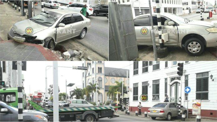 Roekeloze taxichauffeur verliest controle en knalt tegen stoep van kerk