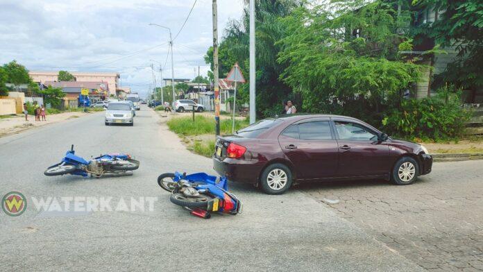 Twee bromfietsers hard tegen elkaar gebotst na haast autobestuurster