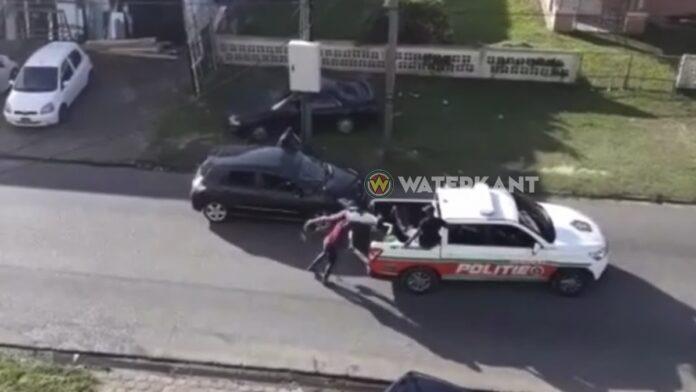 VIDEO: Arrestant die in laadbak politie pick-up wordt gesmeten kan niet