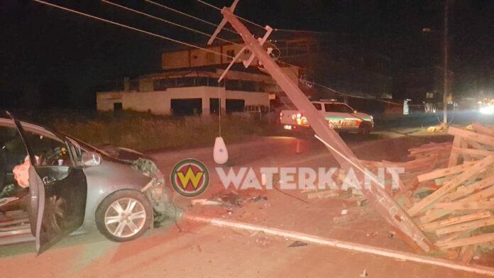 Dronken autobestuurder rijdt elektriciteitsmast kapot